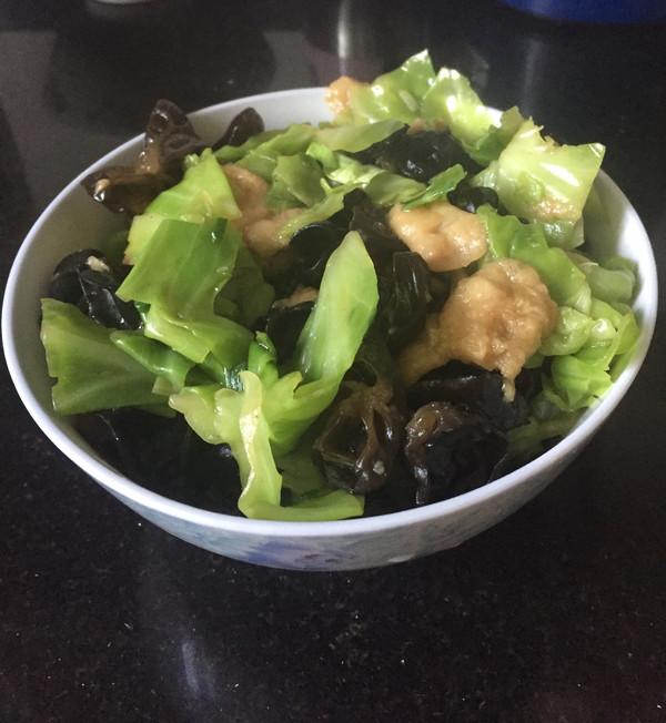 卷心菜炒黑木耳油面筋的做法