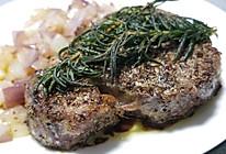 迷迭香煎菲力牛排配洋葱和烤土豆的做法
