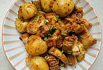 土豆焖五花肉的做法