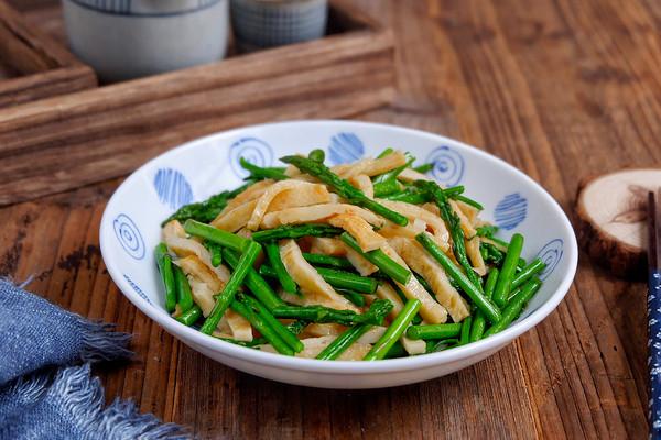 鱼饼炒芦笋的做法