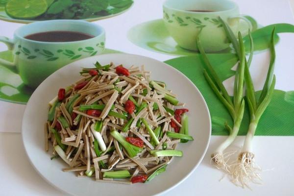 青蒜苗拌黑豆腐丝的做法
