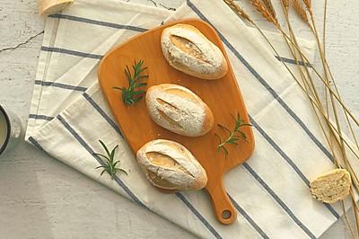 弥漫着香味的迷迭香布里面包