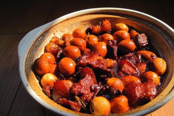 秘制砂锅鹌鹑蛋红烧肉的做法