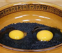 半碗黑芝麻,2个鸡蛋,教你新吃法,比肉还香的做法