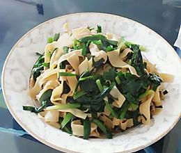 韭菜炒千张~(韭菜炒干豆腐)(干豆腐炒韭菜)水嫩嫩的做法