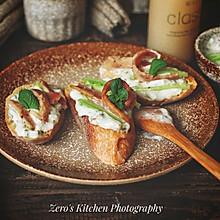 创意快手低脂:俄式酸黄瓜酸奶酱培根开放三明治