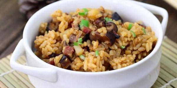 土豆青豆香菇腊肉焖饭的做法