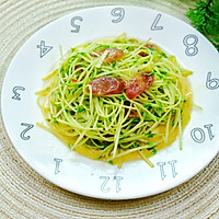 #餐桌上的春日限定#腊肠炒豌豆苗一分钟即可学会营养又低脂。的做法图解6