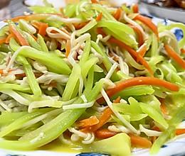 素炒三丝莴笋胡萝卜金针菇丝的做法