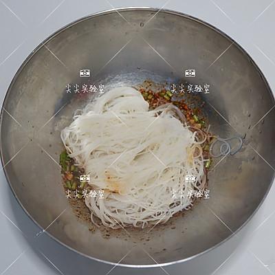 酸辣拌米粉的做法 步骤6
