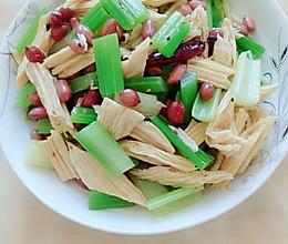 芹菜拌腐竹的做法