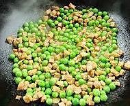 青豌豆炒肉丁  的做法图解5