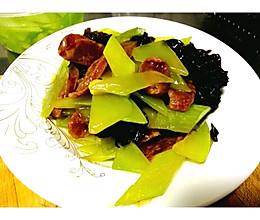 青笋木耳炒香肠的做法