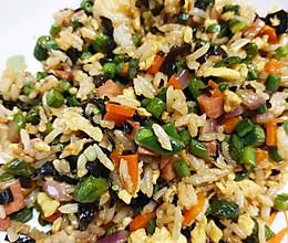 配料比米饭多的六丁炒饭(火腿肠豇豆木耳胡萝卜鸡蛋洋葱)