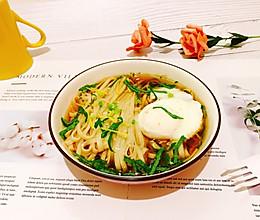 #花10分钟,做一道菜!#姜丝藿香卧蛋酸汤面的做法