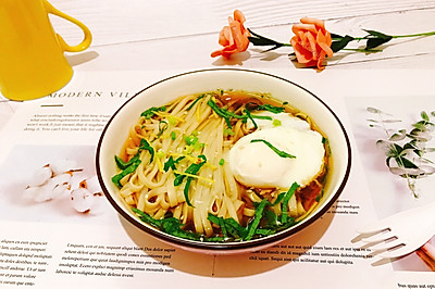 姜丝藿香卧蛋酸汤面