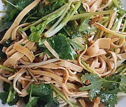 下饭又营养的:金针菇&香菜拌豆皮的做法