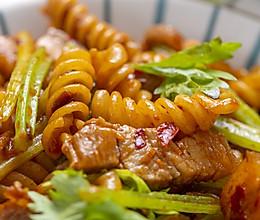 #我们约饭吧#五花肉芹菜炒意面丨酱香浓郁的做法