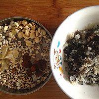 双耳薏米桂圆莲子——秋季男女老少滋补汤品的做法图解1