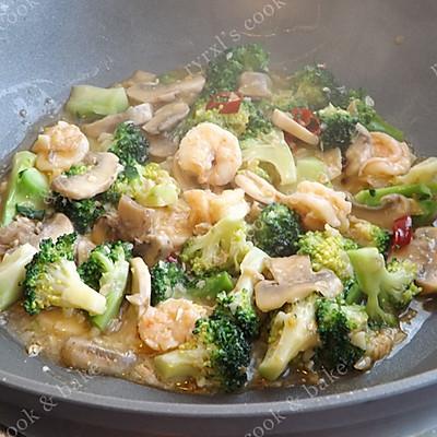 橄露Gallo经典特级初榨橄榄油试用之四——西兰花蘑菇烩虾仁的做法 步骤11