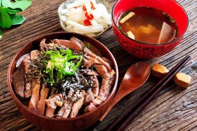 簡單快速的日式牛排丼(蓋飯)