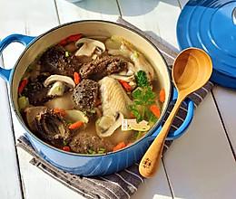 年宴经典压轴汤【鲜掉眉毛的海参口蘑土鸡汤】的做法