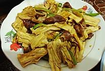 卤肠青椒丝烧腐竹的做法