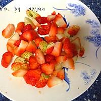 草莓果粒牛奶的做法图解3
