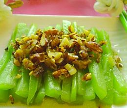 美腿润肤抗衰老的素菜————【杏仁核桃花生碎炒莴笋】的做法