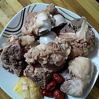 清热靓汤:红萝卜粉葛猪骨汤的做法图解2