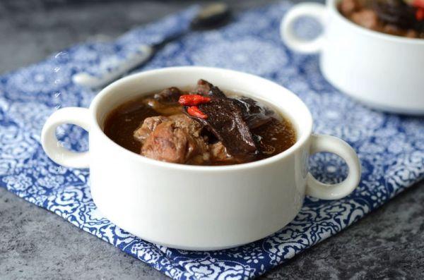 牛肝菌脊骨汤的做法
