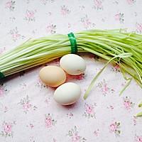 炒出水嫩鸡蛋--韭黄炒鸡蛋的做法图解1