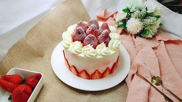 没有裱花台一样做蛋糕~草莓蛋糕的做法