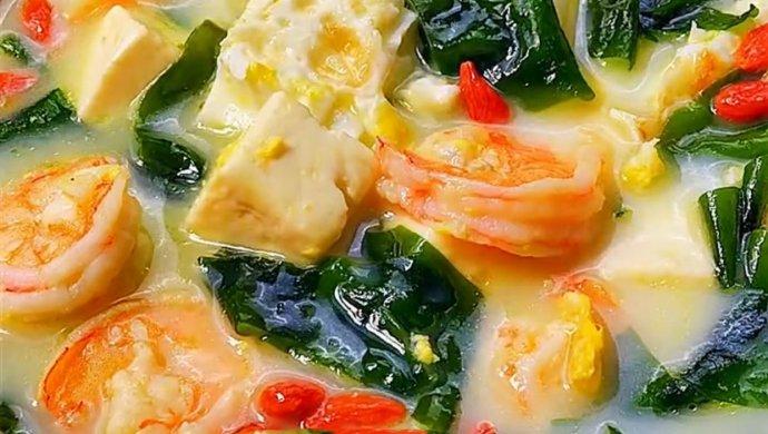 虾仁煎蛋裙带菜豆腐汤