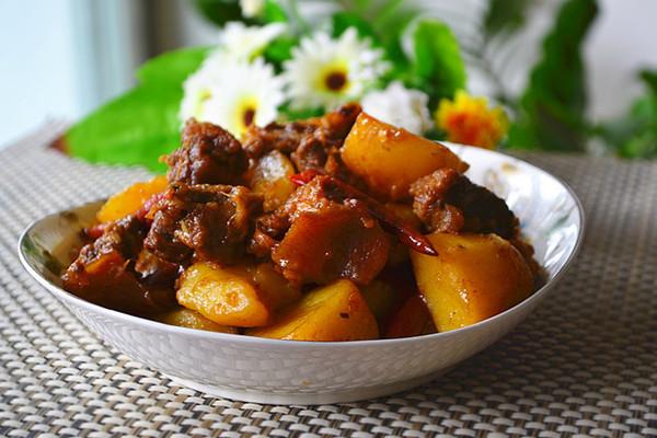 土豆炖牛腩的做法