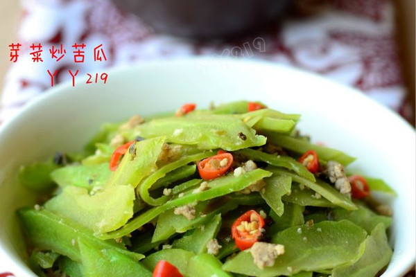 【芽菜炒苦瓜】:夏日开胃下饭菜的做法