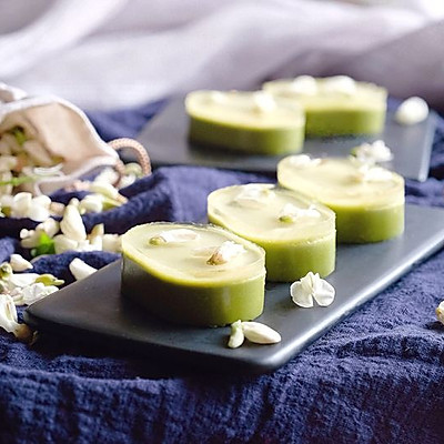 清香与微苦,淡雅与微涩,结合出完美的槐花抹茶慕斯冻