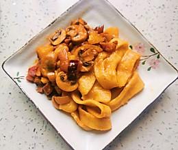 洋葱香肠白菇土豆焖面的做法
