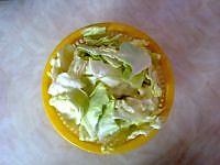 圆白菜炒粉条的做法图解1