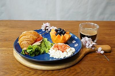 精致早餐360式:牛角可颂三明治配黑咖啡