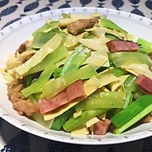 适合上班族的快手菜——莴笋炒油豆皮