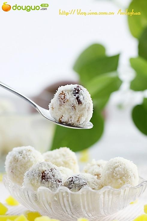 超简单的热带风情吮指零食:热带水果乳酪球的做法