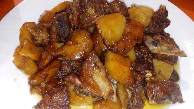 排骨压土豆的做法