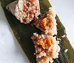 鸡腿香菇咸蛋黄粽子的做法