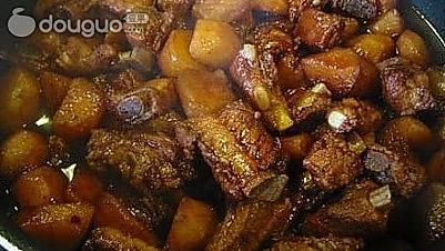 香辣排骨焖土豆的做法