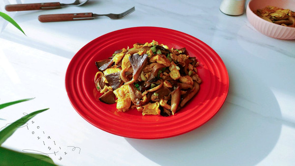 葱椒酱油平菇蛋的做法