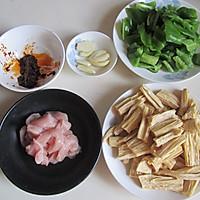 青椒腐竹炒肉片的做法图解1
