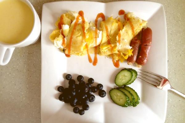 早餐不重样D2,玉米汁+玉米蛋饼+煎肠+蓝莓#小白发痴#的做法