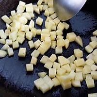 #菁选酱油试用之快手土豆香肠炒二米饭#的做法图解3