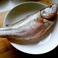清蒸鲈鱼:15分钟搞定美味蒸鱼图解的做法图解1